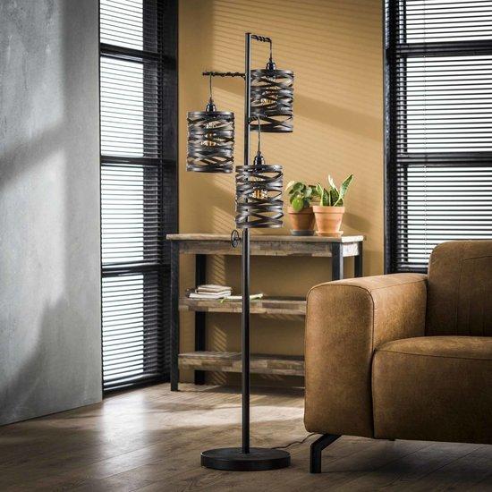 Zwarte metalen vloerlamp met drie spindle kappen en een rechthoekig armatuur, de totale hoogte van de lamp is 150 cm