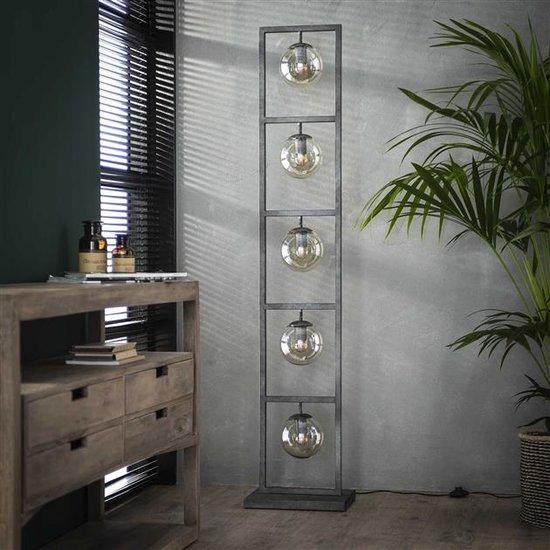 Vloerlamp bestaande uit een metalen frame met vijf glazen bollen. Het frame is afgewerkt in oud zilver en is 160 cm hoog