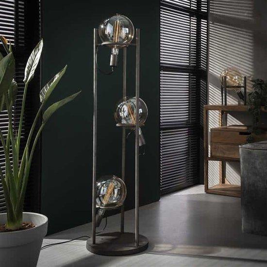 Vloerlamp met de lampen uit, de lamp heeft drie lichtbronnen met een doorsnede van 20 cm. De lamp is afgewerkt in oud zilver en de stroomkabels zijn verwerkt in de buizen dus nauwelijks zichtbaar. De hoogte van de lamp is 133 cm.