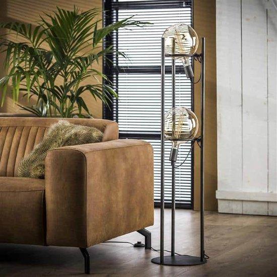 Vloerlamp met de lampen uit, de lamp heeft twee lichtbronnen met een doorsnede van 20 cm. De lamp is afgewerkt in oud zilver en de stroomkabels zijn verwerkt in de buizen dus nauwelijks zichtbaar. De hoogte van de lamp is 133 cm.