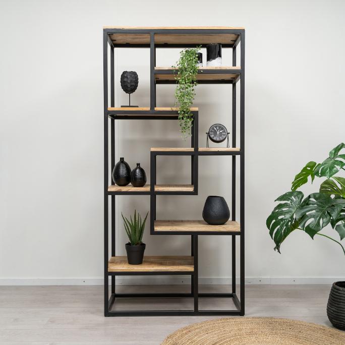 Voorkant foto bruine open kast met planken van mangohout en metalen onderstel, de kast heeft een totale hoogte van 180 cm