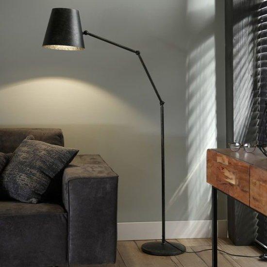 Metalen vloerlamp met ronde conische kap, dit wil zeggen dat de kap gleiderlijk toeneemt in diamter. De lamp is verstelbaar op drie punten, bij de kap en halverwege de poot, hierdoor is het mogelijk de kap en boog te buigen