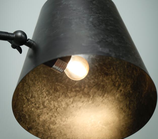 Detailfoto metalen ronde conische kap, dit wil zeggen dat de kap geleidelijk toeneemt in diameter
